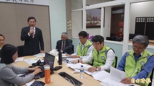 嘉義市長涂醒哲與衛生局長張耀懋、社會處長張元厚等人對外說明覆議案。(記者丁偉杰攝)
