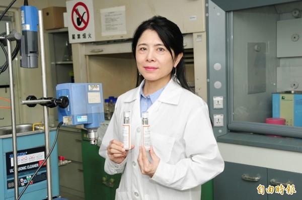 靜宜大學化粧品產業研究發展中心執行長吳珮瑄,呼籲民眾要重視霧霾污染引起的肌膚老化問題。(記者張軒哲攝)