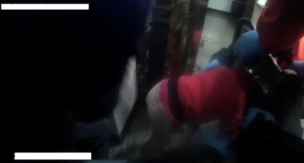 蔡姓女童頭卡住椅背縫內,動彈不得,消防救護人員到場協助脫困。(記者丁偉杰翻攝)