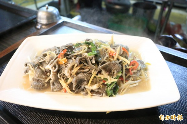炒百葉結合客家料理做法,將牛肚混薑絲、辣椒一同爆炒。(記者鄭名翔攝)