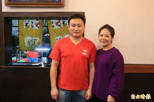 老闆江文雄與妻子一同經營田新牛家莊。(記者鄭名翔攝)