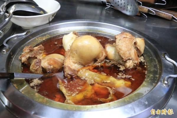 牛大骨熬煮上4小時,讓每碗湯頭都喝得到鮮甜味。(記者鄭名翔攝)