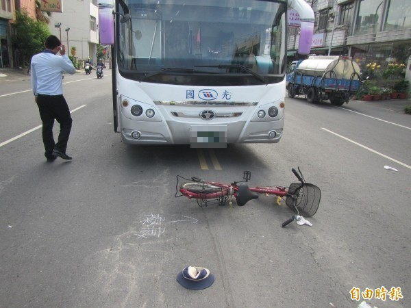 國光號撞上欲穿越馬路的單車老翁,檢方認為司機超速有疏失,予以起訴,法官認為司機猝不及防,判無罪。(記者李立法翻攝)