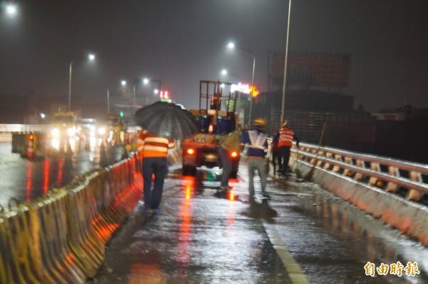 工作人員在橋上清理車禍現場。(記者詹士弘攝)