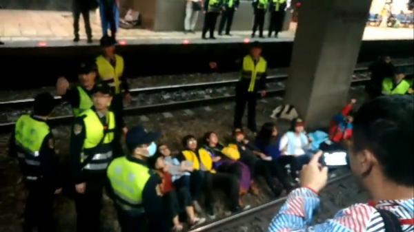 鐵路警察局和台北中正一警分局,昨晚逮捕臥軌的9女6男勞團人士,將分別依違反集會遊行法,以及公共危險、強制等罪送辦。記者陳恩惠翻攝)