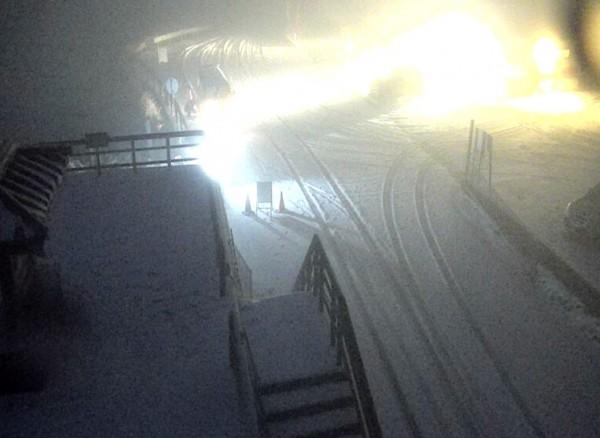 寒流發威,合歡山凌晨雨夾霰,並一度飄雪,目前武嶺觀景台及道路已經鋪上一層雪白。(記者佟振國翻攝)