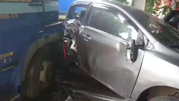 貨櫃車衝撞路旁轎車,轎車幾乎被撞成廢鐵。(記者湯世名翻攝)