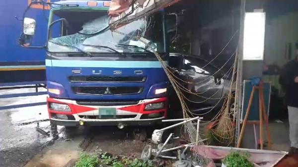 貨櫃車衝撞路旁轎車,轎車幾乎被撞成廢鐵。(記者湯世名攝)