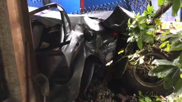 路旁轎車幾乎被撞成廢鐵,怵目驚心。(記者湯世名攝)