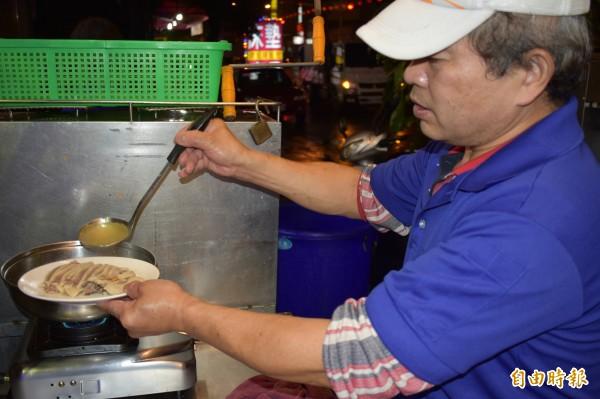 簡單的鵝肉料理,淋上高湯,就能勾起鵝肉甜美滋味。(記者張瑞楨攝)