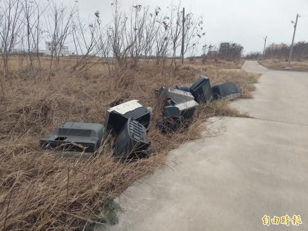 三軍總醫院澎湖分院產業道路,出現許多廢棄電視。(澎湖環保稽查小組提供)