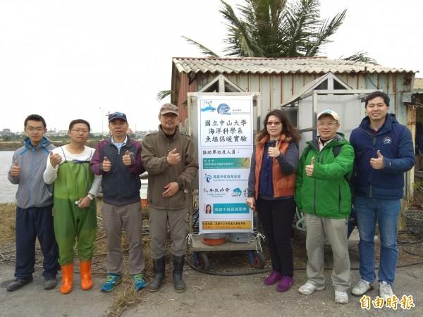 「冬天魚塭局部保暖實驗」測試成功,讓養殖業者、研發團隊及海洋局都很滿意。(記者洪定宏攝)