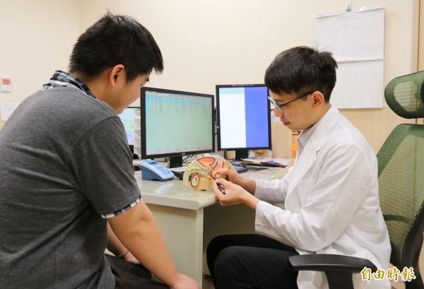 亞大醫院泌尿科主治醫師蕭子玄(右)提醒,男性排尿痛有可能罹患「慢性非細菌性攝護腺炎」,最好儘快就醫釐清病因。示意圖非當事人。(記者陳建志攝)