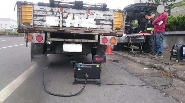 環保局表示,未獲得管理標章的柴油車在進出空氣淨區時,必須接受攔查。(記者邱灝唐翻攝)