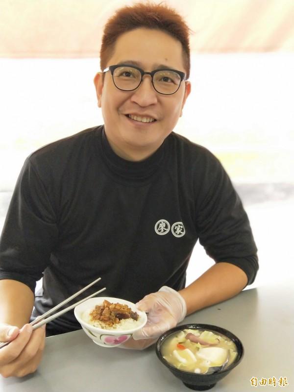 廖國貿到現在還是每天「一碗花枝、一碗滷肉飯」。(記者何玉華攝)