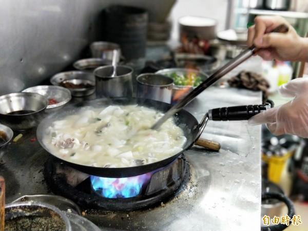 每鍋約供應8到10碗花枝販售。(記者何玉華攝)