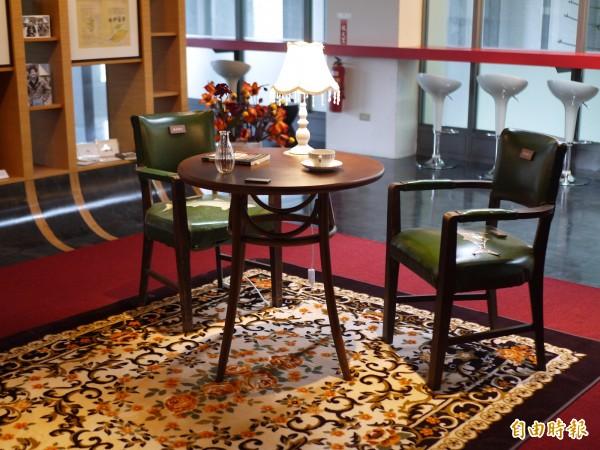 宜蘭大學黃春明體驗行動館今天舉行啟用典禮,明星咖啡館桌椅經典重現。(記者簡惠茹攝)