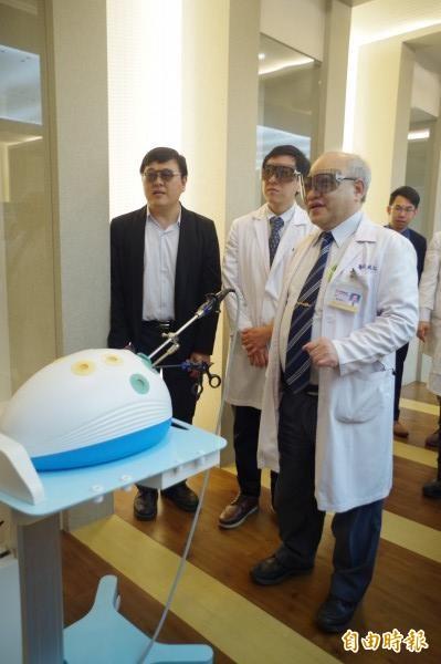 嘉義基督教醫院長陳誠仁(右一)等人試戴3D眼鏡,有助透過立體腹腔鏡進行微創手術。(記者王善嬿攝)