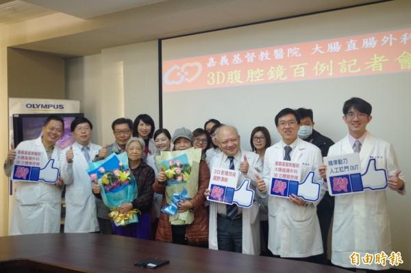 嘉基大腸直腸外科團隊運用3D腹腔鏡治療大腸直腸癌已破百例,今病友返院謝謝醫師。(記者王善嬿攝)