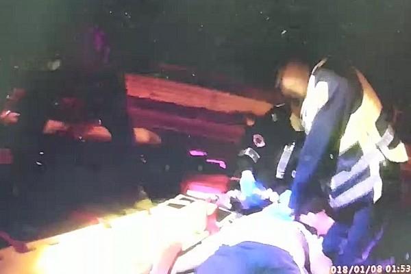 王君凱主動協助救護人員CPR。(記者蔡宗憲翻攝)