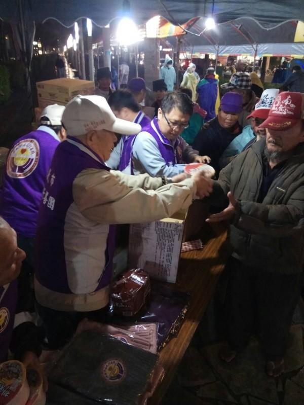 嘉義市政府、社福團體今到市文化局送熱食、禦寒衣物關懷街友。(人安基金會嘉義平安站提供)