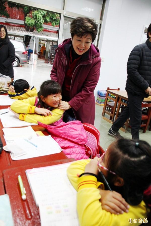 台積電慈善基金會董事長張淑芬關心課輔班學童。(記者林宜樟攝)
