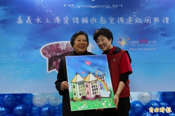 台積電慈善基金會董事長張淑芬(右)與闕戴淑媺(左)。(記者林宜樟攝)