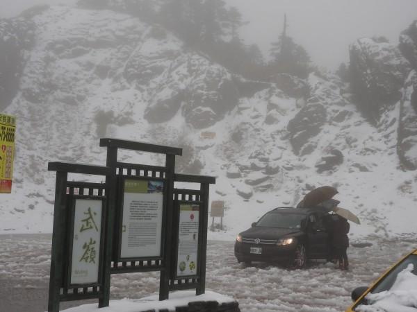 寒流發威,合歡山昨天降今年首場瑞雪,武嶺積雪持續。(記者佟振國翻攝)