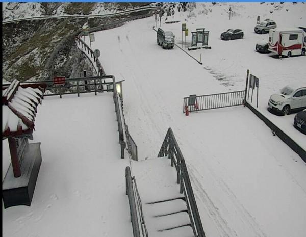 透過武嶺監視器畫面,合歡山道路結冰情形明顯,公路總局埔里工務段已宣布台14甲線18K翠峰至41K大禹嶺路段加掛雪鏈車輛通行。(記者佟振國翻攝)