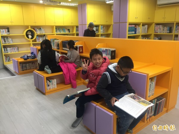 新生國小四時悅讀館空間明亮,小朋友歡喜閲讀。(記者張存薇攝)