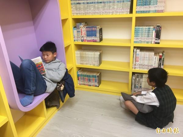 四時悅讀館的空間設計,可以讓小朋友自在的看書。(記者張存薇攝)