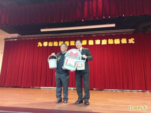九華山地藏庵董事長黃俊森(左)代表贈送廚餘桶,市長涂醒哲(右)代表受贈。(記者王善嬿攝)