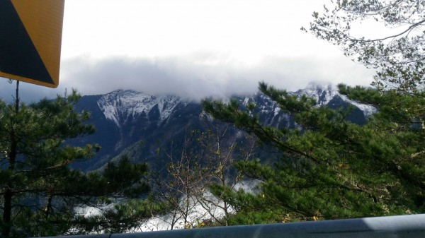 公路總局關山工務段人員由向陽段往山區望去,山區已白了頭。(公路總局關山工務段提供)