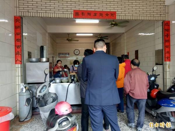台中市南屯區阿有麵店,每到用餐時間大排長龍。(記者張軒哲攝)