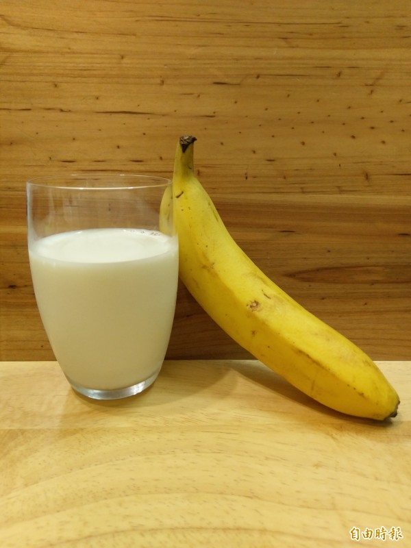 網路流傳香蕉和優酪乳一起吃容易產生致癌物,營養師駁斥此說法。(記者劉濱銓攝)