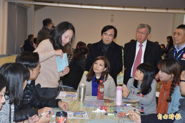 新竹縣政府獲清華大學和微星科技支援,培訓全縣23所國中、小的英語教學師資,提升偏鄉弱勢學生的英語能力。(記者廖雪茹攝)