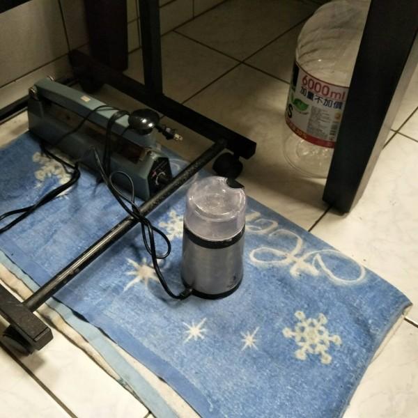 警方在林嫌家中發現研磨機、封口機等器具,疑作為毒品分裝所用。(記者王善嬿翻攝)