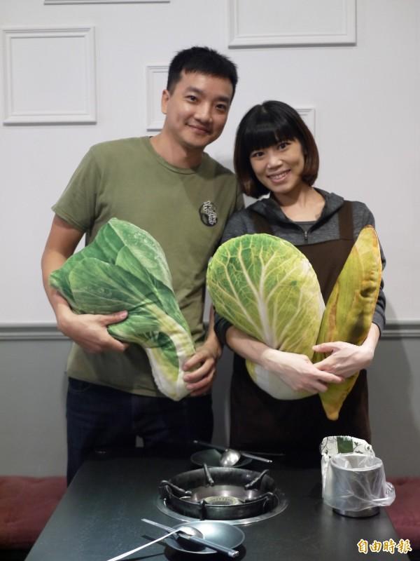林芸溱(右)和林大為(左)夫妻倆2015年7月在宜蘭市區開了火鍋店「禾家精緻鍋物」。(記者簡惠茹攝)