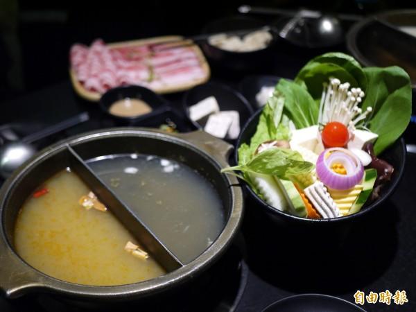 禾家店裡有3種湯底、19種湯頭,超過20種蔬菜的菜盤。(記者簡惠茹攝)