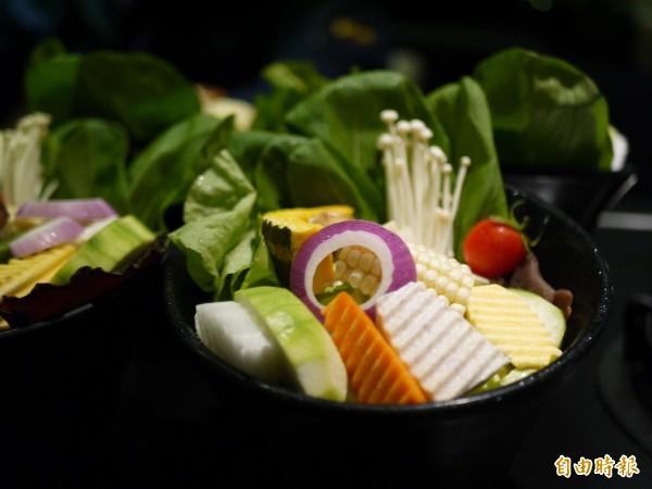 超過20種蔬菜的菜盤都是老闆每天親自到市場挑選。(記者簡惠茹攝)