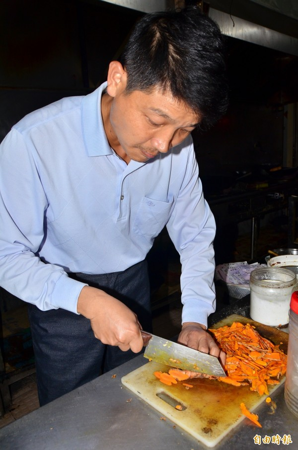料理前,薑黃先切片。(記者吳俊鋒攝)