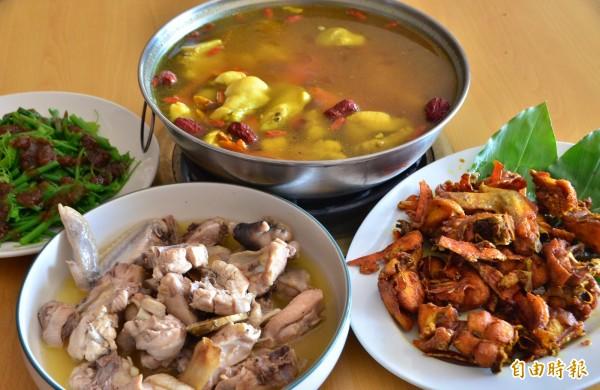 薑黃雞除了油炸之外,也可煮湯(上),餐廳還推出苦茶油雞(左下)。(記者吳俊鋒攝)