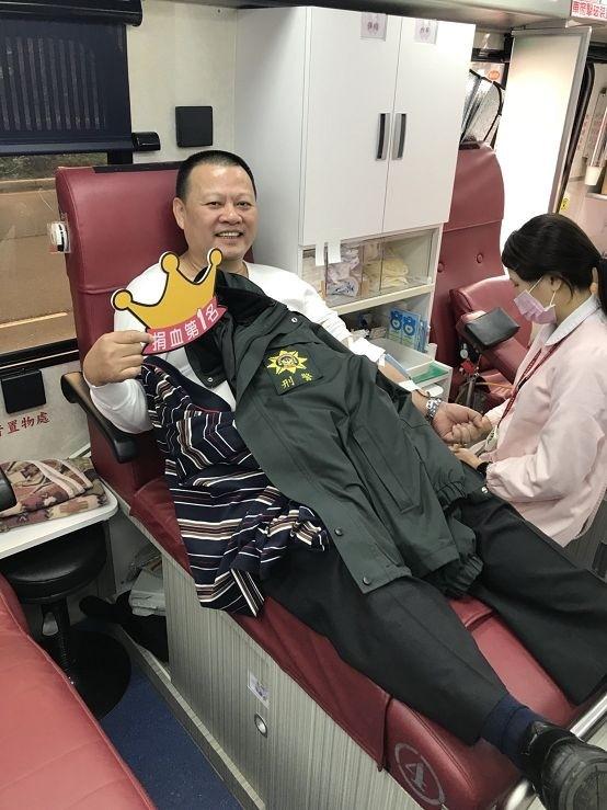 偵查隊長廖武郎響應捐血。(記者余衡翻攝)