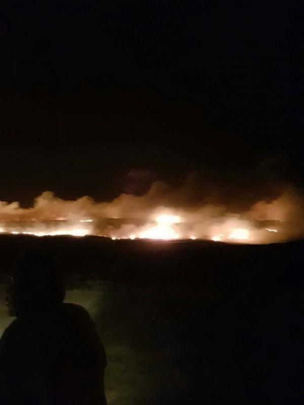 嘉明輪擱淺發射信號彈,卻意外造成東吉島火燒山。(翻攝高宏志臉書)