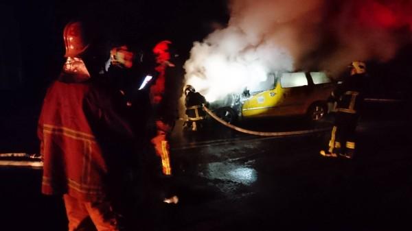 小黃車頭冒火,整台車燒成廢鐵。(記者陳薏云翻攝)