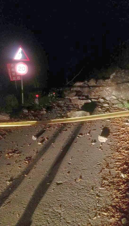 大鹿林道3K路段昨晚邊坡崩塌,落石覆蓋路面造成交通中斷,警方趕緊拉起封鎖線提醒用路人不要進入。(圖由竹東警分局提供)