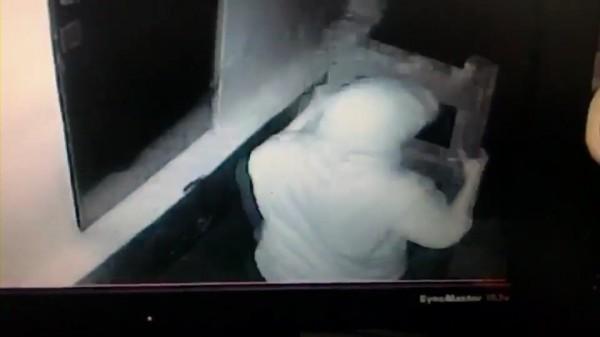 監視器拍下廖男搬運梯子的影像(記者吳昇儒翻攝)