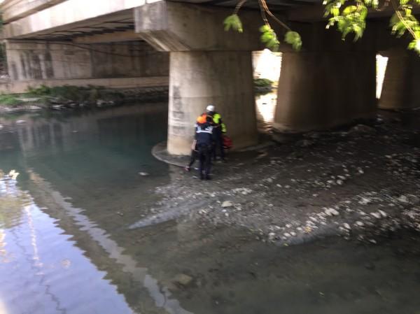 40多歲婦人今早10點多坐在豆子埔溪中華陸橋上護欄上,一躍而下墜落約2層樓高的橋下。(記者廖雪茹翻攝)