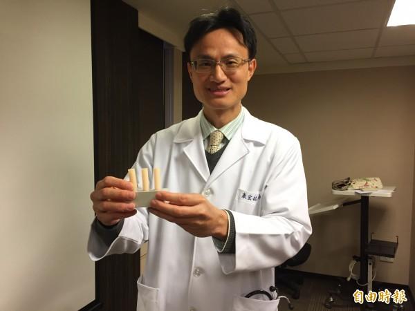 榮新診所家醫科主任康宏銘以脈波傳播速度模型,說明血管動脈硬化情形。(記者周彥妤攝)
