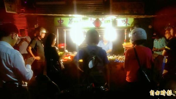 基隆市信二路中華加熱式滷味,經常吸引民眾排隊購買。(記者俞肇福攝)